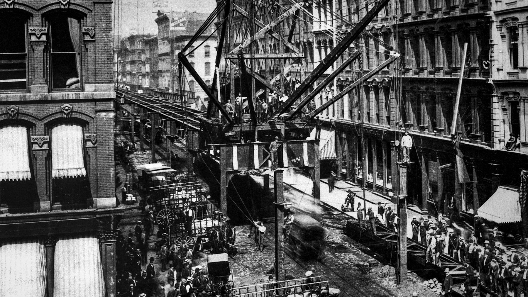 1895 photo of workers building CTA in downtown Chicago