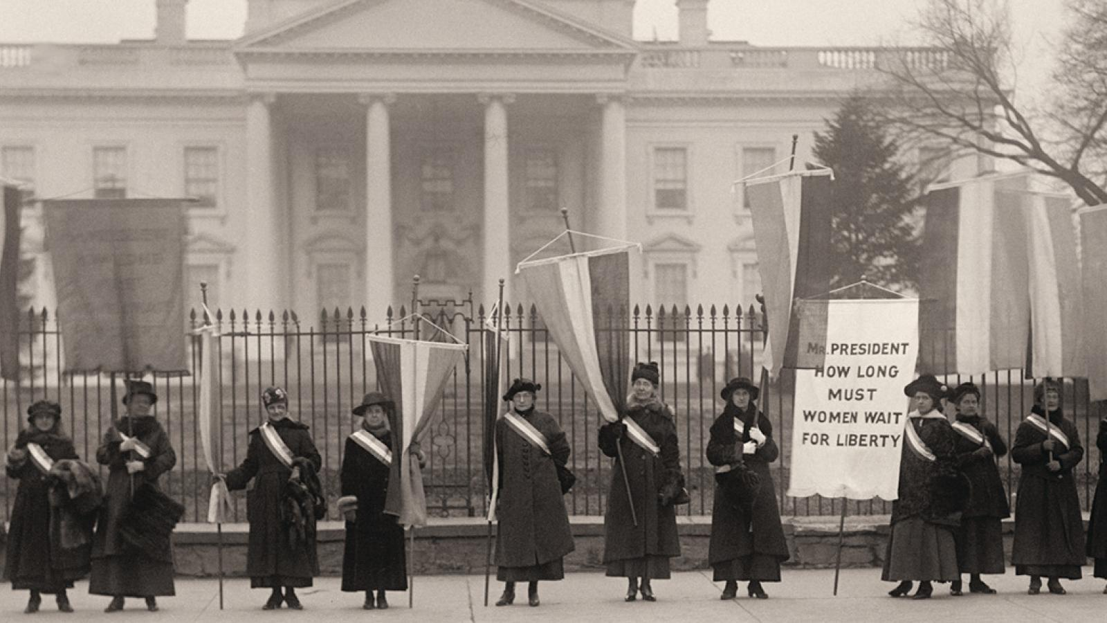 Women's Suffragettes protesting outside the White House
