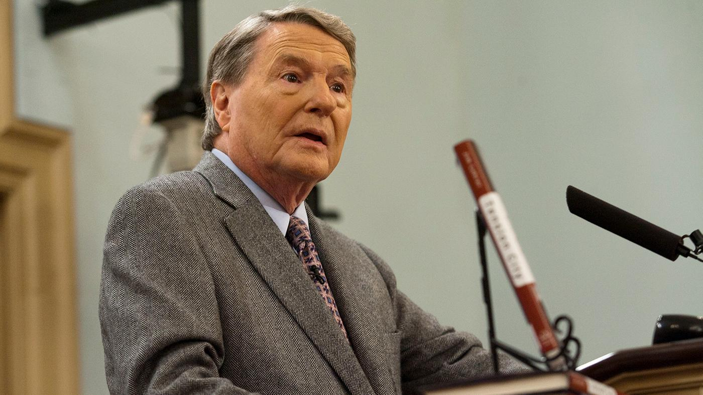 Jim Lehrer speaking at the Miller Center of Public Affairs, in Charlottesville, Virginia, in 2011. Photo: Wikimedia Commons