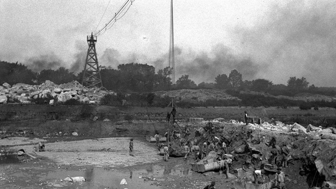Workers on the Sanitary and Ship Canal excavate and load rock onto hoppers on September 20, 1894. Photographer unknown. Courtesy of the Metropolitan Water Reclamation District for 10 That Changed America
