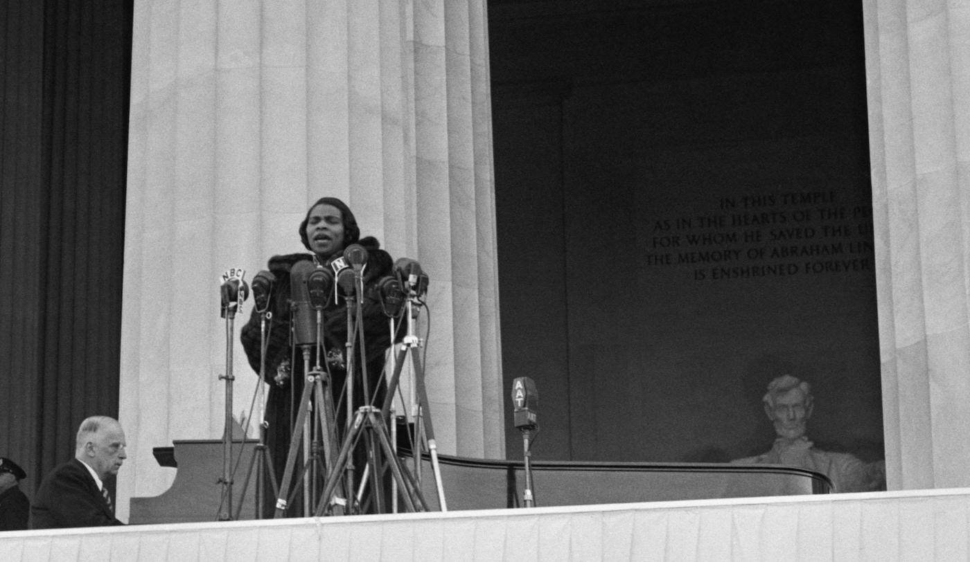 Marian Anderson singing at her concert at the Lincoln Memorial, April 9, 1939. Photo: Everett Collection Historical / Alamy Stock Photo