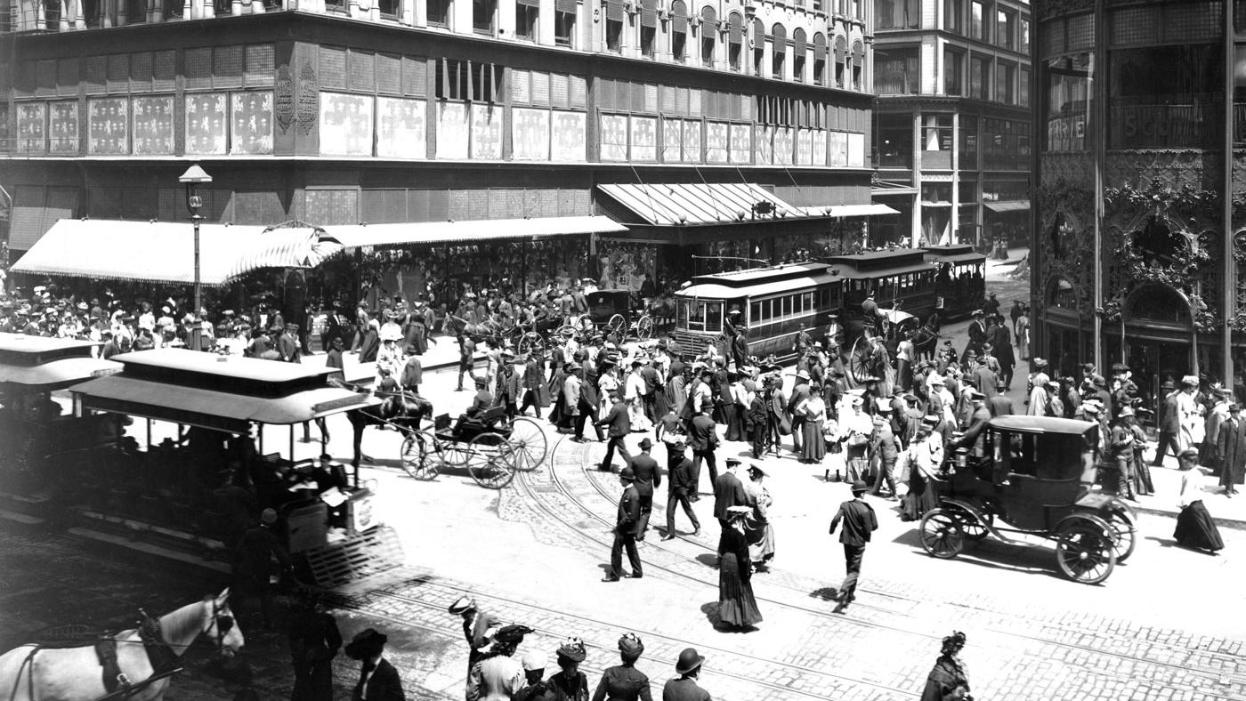 Various forms of transit in 1904 at State and Madison Streets, with two cable car trains. (Courtesy of Chicago Transit Authority)