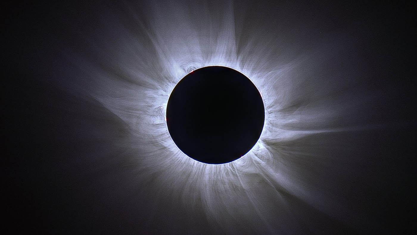 Composite image of totality showing the corona during the 2015 eclipse in Svalbard with the magnetic field of the sun outlined in the coronal loops. Photo: Jay Pasachoff & Ron Dantowitz