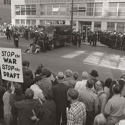 Antiwar protestors gather outside an Army induction center. Oakland, CA, October 17, 1967. Photo: Los Angeles Times Photographic Archive, Library Special Collections, Charles E. Young Research Library, UCLA